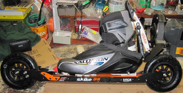 Bild:SNS Bindung mit verstärkter Alu-Führung auf Skike R8 montiert.